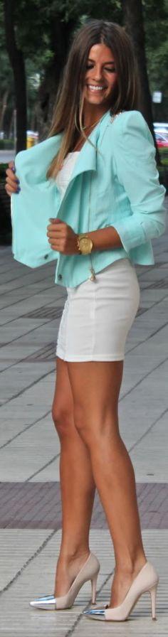 Vestido blanco con saco verde azulado.