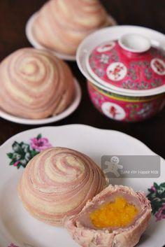Thousand Layer Flaky Swirl Yam / Taro Mooncake (with custard filling) 千层芋泥月饼 Vietnamese Dessert, Thai Dessert, Bakery Recipes, Sweets Recipes, Taro Recipes, Yummy Treats, Sweet Treats, Mooncake Recipe, Asian Desserts