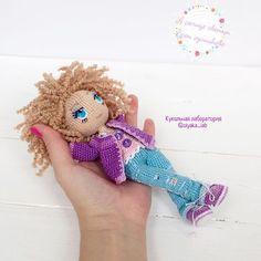 """Таша, ещё одна кучеряшка, третья, новая!связана на заказ!Лежит и напевает песенку: """"А солнце светит всем одинаково....... Там более ей, такой очаровашке!Куколка 16 см#кукольнаялабораторияоля_ка #olyaka_lab"""