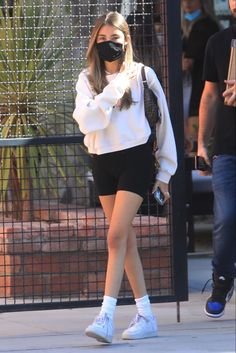 Madison Beer Style, Estilo Madison Beer, Madison Beer Outfits, Converse Outfits, Sporty Outfits, Cute Casual Outfits, Nike Shorts Outfit, Shorts Ootd, Sweatshirt Outfit