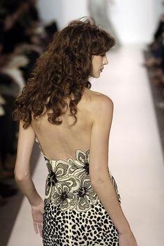 Catwalk Queen --- Caitriona Balfe — Naeem Khan Spring/Summer 2007 New York. Caitriona Balfe Outlander, Naeem Khan, Celebs, Celebrities, Beauty Women, Style Icons, Supermodels, Catwalk, Strapless Dress