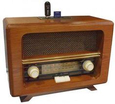 Tout y est : Le coffre de bois, la toile tendue devant le haut-parleur, l'aiguille verticale derrière la glace que l'on déplace devant la bande hertzienne, les belles molettes crantées, les éclairages... Mais elle cache bien son jeu car c'est une radio aux caractéristiques actuelles, visez un peu: Bandes AM et FM, port USB, SD MMC...