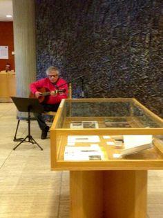 El cantautor Pep Burgoa en el concierto del #Díadellibro en la Biblioteca Central. Table, Furniture, Home Decor, Concert, Studio, Reading, Decoration Home, Room Decor, Tables