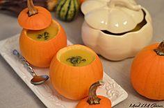 Velouté de citrouille et pommes servi dans des mini-citrouilles Pumpkin Carving, Vegetables, Plus Populaire, Halloween, Mini Pumpkins, Apples, Cooking Food, Red Kuri Squash, Pumpkin Carvings