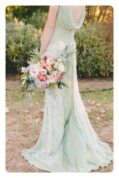 Платье невесты в мятном тоне.