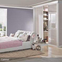 In dieses Schlafzimmer wurde ein begehbarer Kleiderschrank so in den Raum integriert, dass er wie eine Ankleidekabine wirkt. In Kombination mit den…