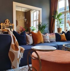 8 Cheap Things to Maximize a Small Bedroom. Interior Decorating, Interior Design, Sofa, Couch, Living Room Grey, Luxury Homes, Design Architect, Architecture Design, House Design