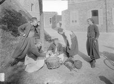 Mobilisation 1914 jeu de cartes entre zouaves Les frères Séeberger, photographes de la vie militaire - ECPAD