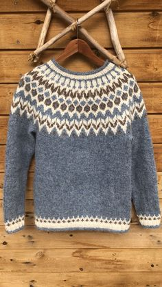 Riddari strikket i lettlopi🤩 Fair Isle Knitting, Knitting Yarn, Baby Knitting, Sweater Knitting Patterns, Knit Patterns, Icelandic Sweaters, Crochet Wool, Mode Chic, Baby Sweaters