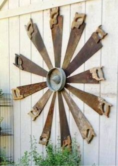 Gorgeous Rustic Farmhouse Porch Design Ideas Old Rusty Saws made into a windmill. Garden Crafts, Diy Garden Decor, Garden Projects, Recycled Garden Art, Garden Tools, Garden Junk, Recycled Metal Art, Garden Wall Art, Farm Tools
