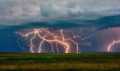 A villámlás titkai - A villámok a felhőkben összegyűlő elektrosztatikus töltések miatt keletkeznek. A felhők egyik része pozitív töltést szerez míg a másik negatívat. A folyamatot még nem egészen értik, de a felhő alja általában negatív töltésű lesz míg a teteje pozitív. Ha már annyi töltést szerzett, hogy a potenciálkülönbség a föld és a felhő, vagy felhő és felhő között túl nagy lesz, elektromos kisülés formájában átáramlanak az elektronok a pozitív töltésű hely felé.