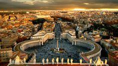 Ao norte da praça, os museus do Vaticano abrigam uma das maiores coleções de arte do mundo, com peças que datam da Antiguidade à Renascença, distribuídas por um labirinto de palácios e galerias. A maior joia da coleção é a famosa Capela Sistina, cujo teto foi pintado entre 1508 e 1512 por Michelangelo.