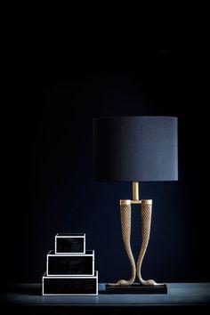Underbar bordslampa med hänförande detaljer. Den unika svanhalsfoten i mässing är placerad på en solid platta i svart marmor