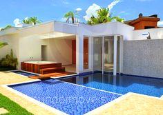 O projeto desta propriedade priorizou as atividades ao ar livre. A piscina revestida com mosaico de pastilhas de vidro turquesa e marinho conta com prainha e fonte d'água.