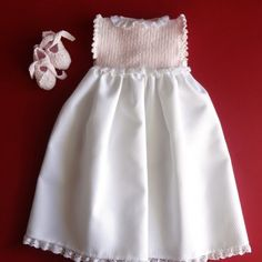 Jersey perlé rosa y beige. Smocked Baby Dresses, Knit Baby Dress, Baby Girl Dresses, Flower Girl Dresses, Baby Girl Frocks, Frocks For Girls, Knitting For Kids, Baby Knitting Patterns, Baby Girl Fashion