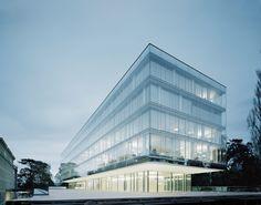 Construido en 2013 en Geneva, Suiza. Imagenes por Brigida González       . Después de ganar el concurso de diseño arquitectónico internacional, los arquitectos, con sede en Stuttgart, se encargaron de construir la extensión...