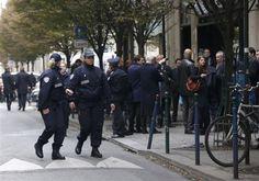 """Assalto alla redazione di """"Libération"""": uomo spara a un fotografo e poi fugge Imponente caccia all'uomo che cerca di nascondersi nella folla degli Champs Elysées"""