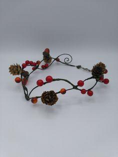 Kijk ook eens naar mijn nieuwste toevoeging aan mijn #etsy shop: Autumn crown, berry crown, nature crown, wedding crown #accessoires #haar #haarband #groen #bruiloft #thanksgiving #rood #crown #circlet