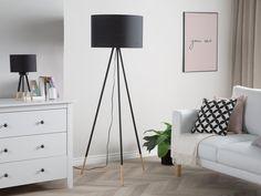 Yksinkertaisella tyylillä ja perusväreillä suunniteltu lattiavalaisin sopii upeasti minimalistiseen sisustukseen. Valaisimen puiset yksityikohdat yhdistyvät kauniisti mustaan sävyyn.  Beliani.fi #beliani #belianisuomi #valaisimet #sisustus #sisustusinspiraatio #homedecor #design Black Tripod Floor Lamp, Black Floor Lamp, Floor Lamp, Interior Styling, Room Lamp, Lamp, Living Room Scandinavian, Lamps Living Room, Fabric Shades