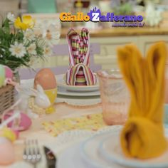 Bunny napkin fold how to Napkin Folding Video, Cloth Napkin Folding, Bunny Napkin Fold, Easter Table Decorations, Easter Decor, Diy Ostern, Egg Decorating, Easter Crafts, Diy And Crafts