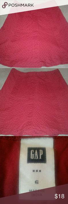 "Women's Gap Red Skirt Size (6) Preowned and well taken care of. The skirt is in Excellent Condition, no holes or stains. 100% Cotton Size 6. Side zipper makes it easy to get in and out of. Waist 15 1/2"", Length 21"". Gap Skirts Midi"