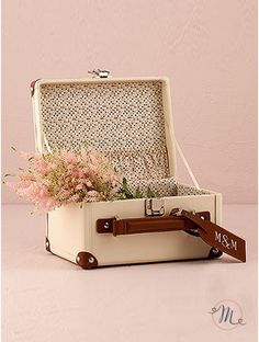 """Box porta messaggi Valigia. Box di colore avorio con rivestimenti in color marrone.  Materiale: ecopelle.  Ideale per gli sposi con la passione per i viaggi. Può essere utilizzato anche come box porta buste.  I bigliettini da inserire all'interno sono venduti separatamente.  Misure: 25.4 cm (w) x 14 cm (h) x 18.4 cm"""" (d). #box #buste #messaggi #matrimonio #weddingday #ricevimento #wedding #sconti #offerte #portamessaggi #biglietti #busteregali"""