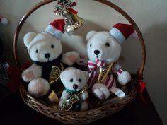 Ursinhos de pelúcia com enfeites de natal