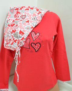 Дамска памучна пижама подплатена с фина вата. Горната част е в червен цвят, обточена с цветен кант на деколтето и три сърца отпред. Долната част е панталон с бяла основа обсипана с розови и червени сърца.