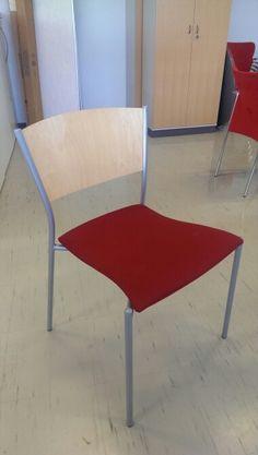 Asiakastuoli harmaa/koivu, punainen kangas, käytetty. Hinta á 60 €. Varastossa n. 20 kpl