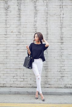 50 Minimalist Outfits to Help You Look Impossibly Chic AllSummer | StyleCaster www bbb w ripped pants