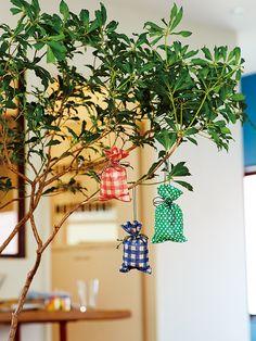 『オリガミオリガミ』で作ったくしゅくしゅ袋に、ポプリや香りをつけた綿などを入れて、サシェを手作り。お部屋の観葉植物にさげて、オーナメントとして楽しんでも。 #chotto #オリガミオリガミ #サシェ #インテリア #オーナメント #origamiorigami #sachet #interior #ornament #japanpaper #DIY #handycraft Gift Store, Wrapping, Stationery, Wreaths, Traditional, Paper, Creative, Christmas, Gifts