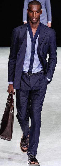 Elegante Kombination aus dunkelblauem Zweireiher und kragenlosem Hemd. | Giorgio Armani