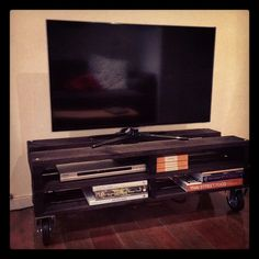 Pallet TV stand by annabeljenkins, via Flickr