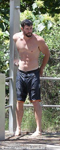 Chris Hemsworth flaunts buff body at Gold Coast beach | Daily Mail Online