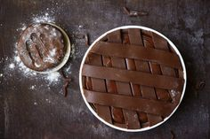 La crostata al cioccolato di Ernst Knam Per la pasta frolla al cacao: 150 gr di burro morbido 150 gr di zucchero semolato 1 uovo intero 1⁄2 bacca di vaniglia 6 gr di lievito per dolci 280 gr di farina 00 25 gr di cacao in polvere un pizzico di sale Per la crema pasticciera: 250 gr di latte intero 1⁄2 bacca di vaniglia 15 gr di farina 00 5 gr di fecola di patate 2 tuorli 40 gr di zucchero semolato Per la ganache al cioccolato fondente: 125 gr di panna fresca 190 gr di cioccolato fondente…