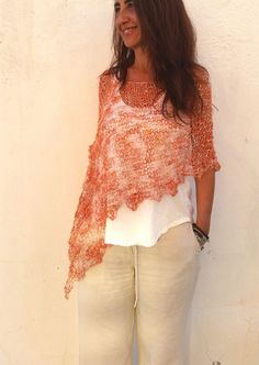 Perfect summer cover up. Hand knitted orange wrap por EstherTg
