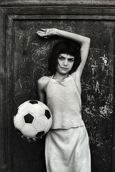 La bambina con il pallone, quartiere la Cala, Palermo, 1980. - (Letizia Battaglia)
