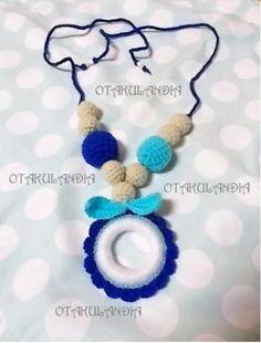 Collar de lactancia Fashion Blue - diseñado, creado y realizado a mano en crochet... perfecto para que el bebé se distraiga agarrándolo y tirando de él mientras le das sus tomas, le porteas o le tienes en brazos ¡te ahorrarás tirones de pelo!.
