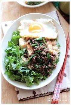 부추고기볶음을 얹은 두부덮밥 만드는법, 두부요리 – 레시피 | Daum 요리 Bento Box Lunch For Adults, Lunch Box, K Food, Asian Recipes, Ethnic Recipes, Steamed Rice, Cafe Menu, Just Cooking, Korean Food
