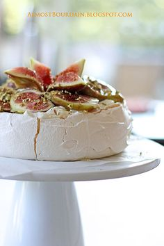 Figs, Ginger Syrup and Crushed Pistachio Pavlova.layer of figs with crumbled pavlova on top kb) Just Desserts, Dessert Recipes, Ginger Syrup, Macaron, Let Them Eat Cake, Pistachio, Chocolates, Sweet Recipes, Cupcake Cakes
