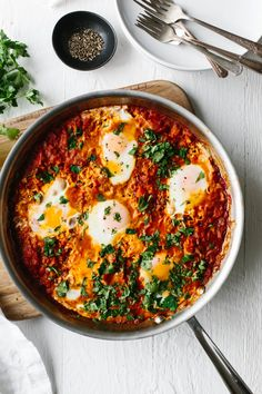egg recipes Shakshuka is an easy, healthy breakfast recipe in Israel and other parts of the Middle East and North Africa. Its a simple combination of simmering tomatoes, onions, garlic, spices and gently poached eggs. Brunch Recipes, Healthy Dinner Recipes, Vegetarian Recipes, Cooking Recipes, Breakfast Egg Recipes, Egg Dinner Recipes, Tomato Breakfast, Easy Egg Recipes, Whole30 Recipes