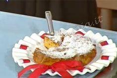 Torta di mele - Alessandra Spisni: Sbucciate le mele e tagliatele a fettine sottili, mettetele in una ciotola, bagnatele con il succo del limone per evitare che anneriscano. M