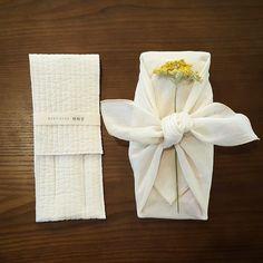 오늘 아침 처음 한 포장은 놋수저 입니다. 봄같이 노오란꽃도 함께 #호호당 #보자기 #보자기포장 #놋수저 #선물 #gift #eco #giftwrap #bojagi #hohodang #hohodang2011