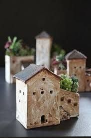 Sweet little house pot planters - want to try as a tall french townhouse with crazy roof garden Pottery design, ceramic art, clay Clay Houses, Ceramic Houses, Ceramic Planters, Miniature Houses, Ceramic Clay, Ceramic Pottery, Ceramics Projects, Clay Projects, Ceramics Ideas
