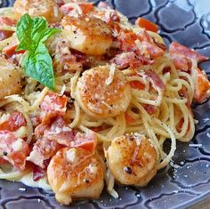 Creamy Garlic Scallop Spaghetti with Bacon | 12 Scallop Recipes Perfect For A Weeknight Meal | Mouth Watering Seafood Recipes at  http://homemaderecipes.com/healthy/dinner/12-scallop-recipes/