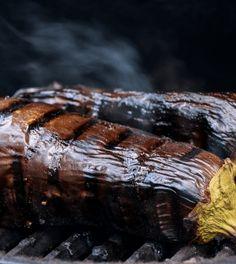 Een lekker recept voor in de oven of om in de zomer op de barbecue te maken! Maak de gepofte aubergine met yoghurt en veel verse kruiden.
