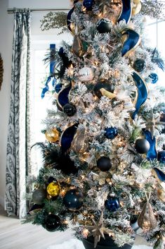 Christmas Home Tour: Black & Navy Color Scheme - Birchwood Dream Christmas Tree Colour Scheme, Blue Christmas Tree Decorations, Black Christmas Trees, Colorful Christmas Tree, Christmas Home, Christmas Holidays, Christmas Tree Inspiration, Bunt, Navy Color