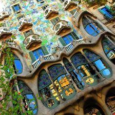 """Barcelone: 30 choses à faire comme les locaux! - eDreams blog, February 1, 2013, Alice. """"Vous connaissez peut-être déjà Barcelone, ville fascinante et immortelle très populaire auprès des voyageurs francais et du monde entier…mais probablement pas pour les mêmes raisons que ses habitants qui, eux seuls, connaissent les niches cachées où l'on peut vivre des expériences typiquement locales ou se laisser conquérir par la gastronomie catalane."""""""