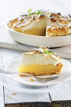 Perinteinen sitruunatorttu on helppo ja nopea valmistaa valmiin murotaikinan avulla. Sitruunapiirakassa yhdistyvät raikas sitruuna ja makea marenki.    Tämäkin resepti vain n. 0,30€/annos*. Baking Recipes, Cake Recipes, Sweet Pie, Pastry Cake, Köstliche Desserts, Sweet And Salty, No Bake Cake, Sweet Recipes, Sweet Treats