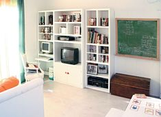 En este playroom, un mueble para libros, PC y TV. Sobre el sillón Luis XVI, almohadón tipo marroquí, y a la derecha baúl para guardar los ju...